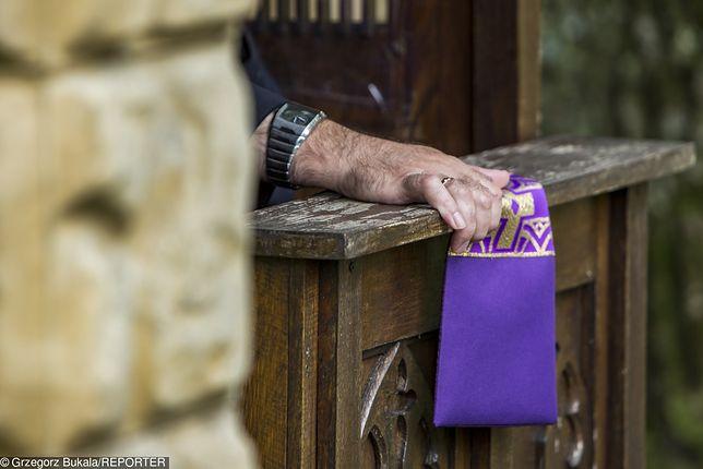Piłka. Nieznany sprawca powiesił dziecięcą bieliznę na drzwiach parafii