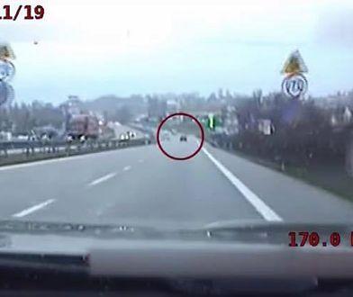 """Libertów, krajowa """"siódemka"""". 32-latek nie zatrzymał się na prośbę policji i zaczął uciekać mercedesem"""