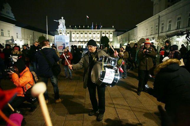 """""""Tak dla edukacji - nie indoktrynacji"""". Rodzice portestowali przed Pałacem Prezydenckim"""