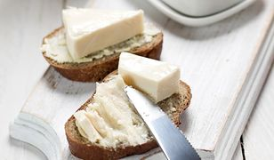 Serek topiony to jeden z najczęściej komentowanych produktów przez dietetyków