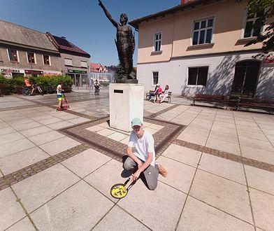 Usmażył jajecznicę na płycie Rynku. 19-latek z Krzeszowic pokazuje, jak beton zmienia miasto w piekarnik