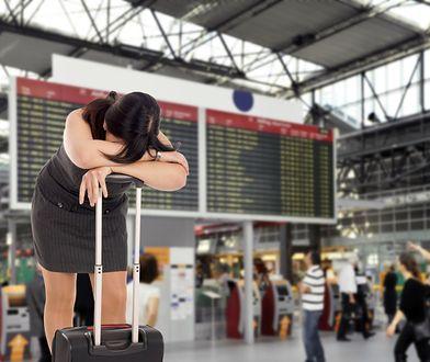 Ewakuacja lotniska może oznaczać dla pasażerów długie godziny oczekiwania na kolejny lot.