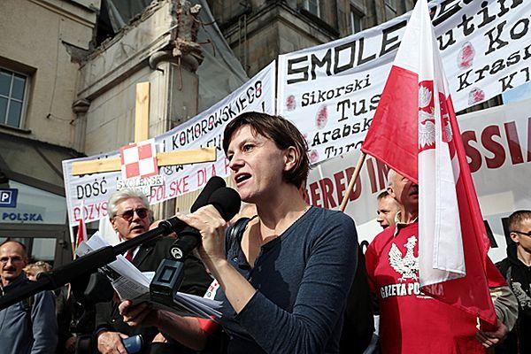 """Przewodnicząca stowarzyszenia """"Solidarni 2010"""" Ewa Stankiewicz podczas pikiety przed budynkiem TVP."""