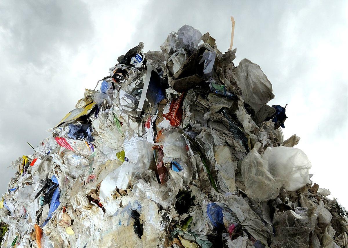 O krok od katastrofy w Warszawie. Góry śmieci zaraz obok osiedli mieszkaniowych
