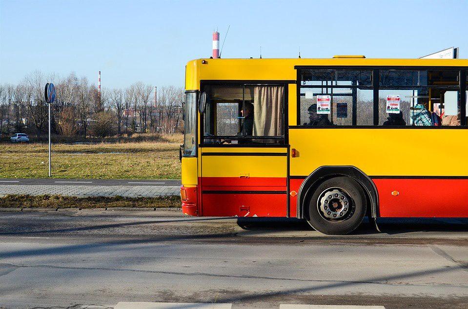 Warszawa. Awaria autobusu na skrzyżowaniu Górczewskiej i Płockiej na Woli. Eksplodował płyn chłodniczy, ludzie wpadli w panikę i staranowali jedną osobę. Poszkodowany trafił do szpitala