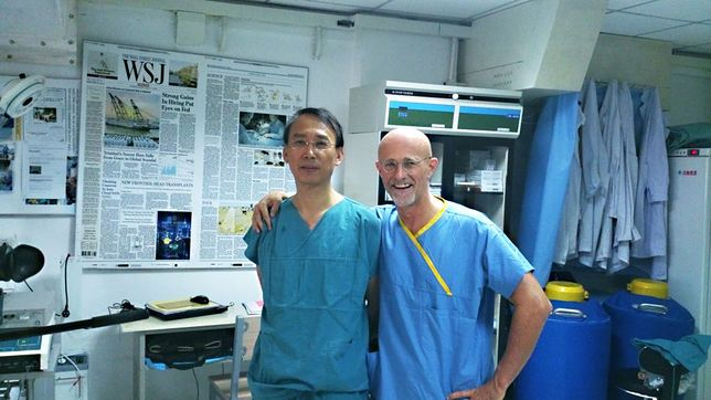 Profesor Canavero z przewodniczącym chińskiego zespołu, pracującym nad operacją