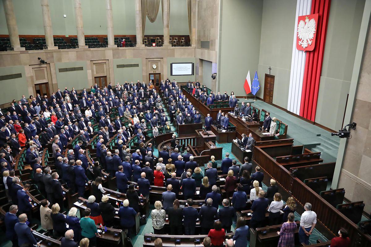 Nowy sondaż. PiS wciąż na czele. Pięć partii w Sejmie