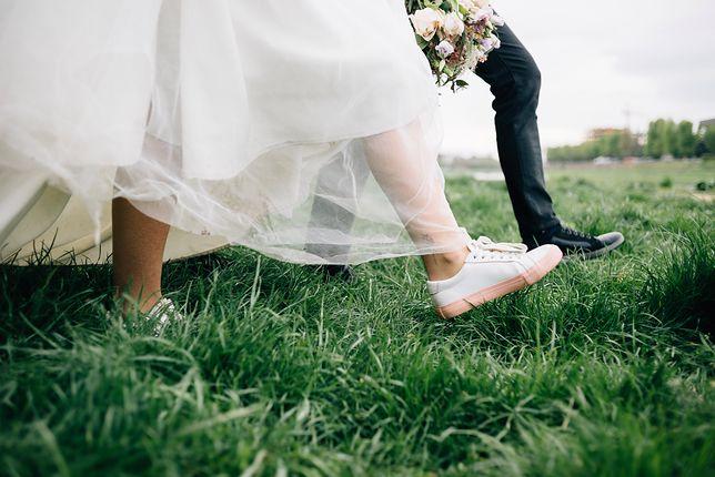 Panna młoda w adidasach za 1000$ i krótkiej sukni ślubnej. Internauci skrytykowali nietypową stylizację