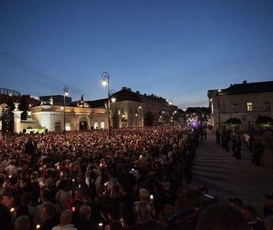 """""""WETO"""" z ludzi, """"Łańcuch światła"""". Kolejny dzień protestów w Warszawie"""