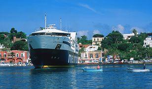 Pasażerski prom na wyspie Ischia. Zdjęcie ilustracyjne