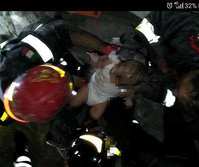 Strażacy wydobywają spod gruzów 7-miesięczne dziecko
