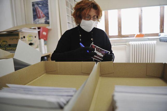 Czy listonosze mogą przenosić koronawirusa na kopertach?