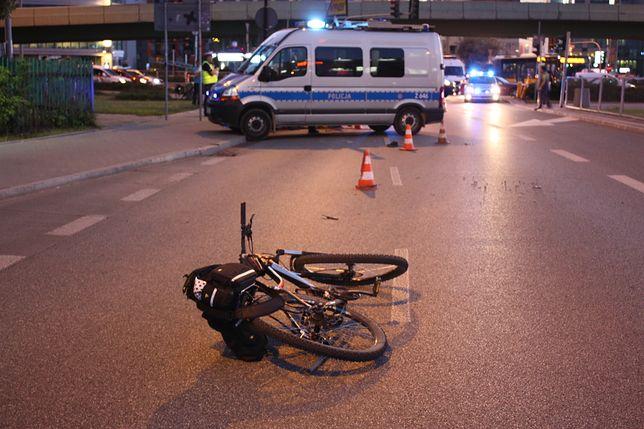 Kobieta zderzyła się z samochodem niedaleko Galerii Mokotów