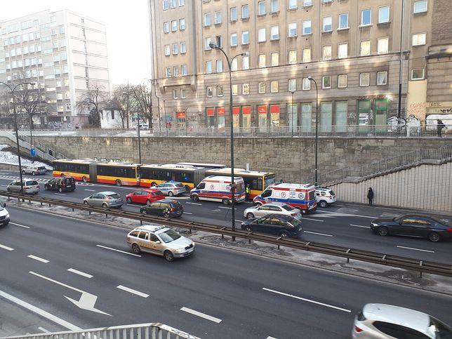Kierowca autobusu nie zdążył wyhamować i uderzył w pojazd stojący przed nim