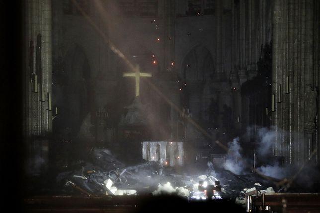 Pożar Notre Dame. Rosjanie zostawiają przed ambasadą gotówkę na odbudowę katedry