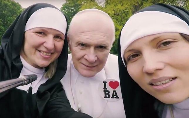 """""""Odwiedź nasze miasto tak, jak Jan Paweł II"""". Kontrowersyjna reklama miejskiego przewodnika"""