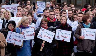 Studenci medycyny we wtorek przemaszerowali ulicami Katowic.  Wyrazili w ten sposób poparcie wobec protestu głodowego lekarzy rezydentów i zbierali podpisy pod obywatelskim projektem ustawy dotyczącym finansowania służby zdrowia