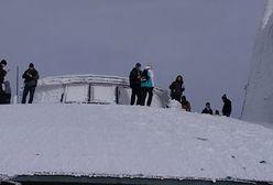 Turyści przechodzą samych siebie. Weszli na dach nieczynnego budynku