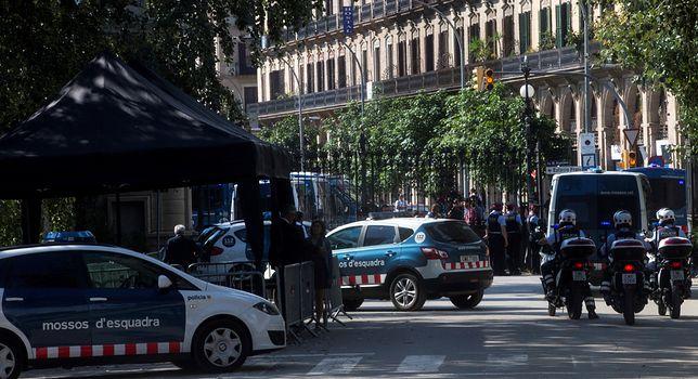 Policja przed Parlamentem Katalonii w Barcelonie