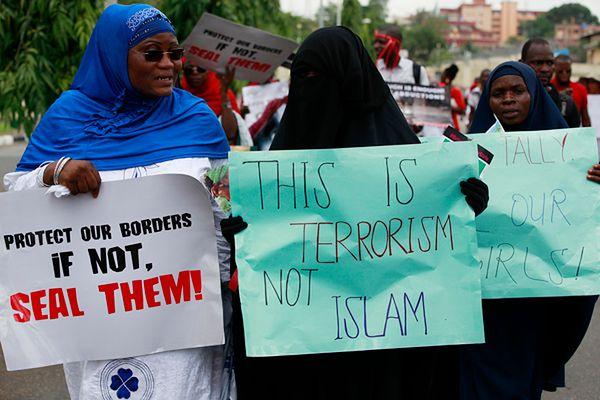 """Nigeryjskie muzułmanki domagają się uwolnienia dziewczynek. """"To terroryzm, a nie islam"""" - głosi jedno z haseł"""