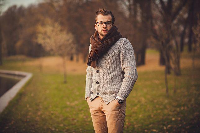 Swetry, które pasują zarówno do koszuli i marynarki, jak i do T-shirtu
