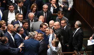 Prokuratura bada awanturę w Sejmie. Biegli ocenią obrażenia posła PiS