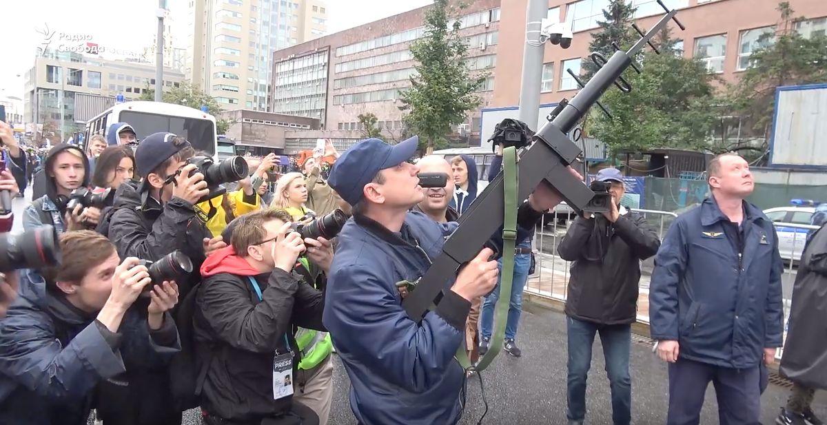 Rosja. Policja w Moskwie użyła zagłuszarki do przechwycenia drona (wideo)