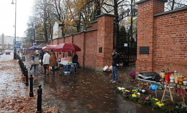 O umiar w dekorowaniu grobów bliskich apelują coraz częściej księża. Bo pamięć jest ważniejsza niż materialna otoczka dnia Wszystkich Świętych (PAP/Tomasz Gzell)