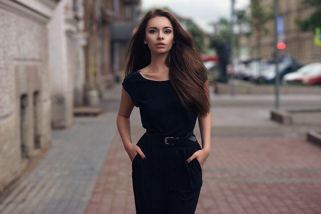 Czarna sukienka zawsze będzie wyglądać stylowo