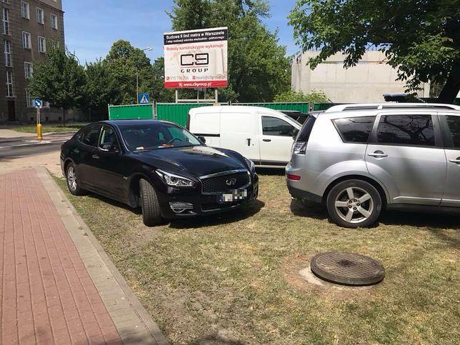 Wiceburmistrz Pragi Północ nakryty. Zaparkować na trawniku to wielki wstyd