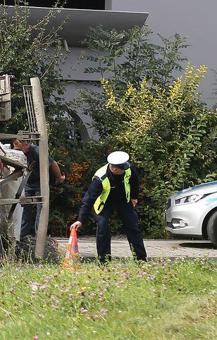 Osobowy peugeot znalazł się pod samochodem ciężarowym (zdjęcie ilustracyjne).