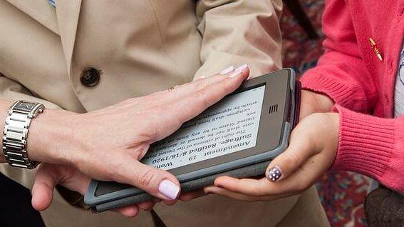 Kindle podbija świat. Czy od teraz przysięgi będą składane na e-booki?