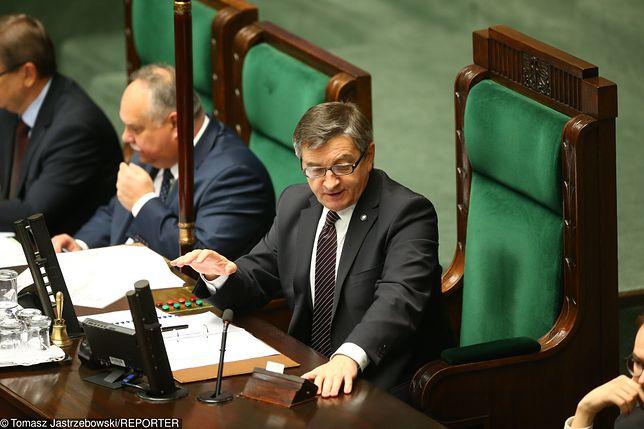 Zakaz handlu - Marek Kuchciński spowalnia prace nad zaostrzeniem przepisów dotyczących zakazu handlu.