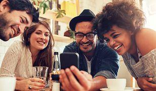 Niezależnie czy zamierzamy zamówić kawę, herbatę czy coś odrobinę mocniejszego, płatność mobilna się przyda