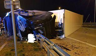 Ciężarówka przewróciła się na bok. Mężczyzna nie żyje