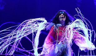 Björk w trakcie jednego ze swoich koncertów.