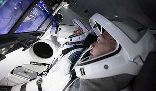 Astronauci NASA Douglas Hurley i Robert Behnken w symulatorze Dragon Crew SpaceX