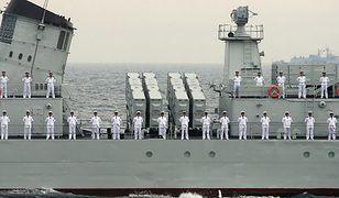 Chińscy marynarze na okręcie wojennym