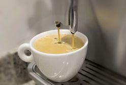 W białym kubku kawa jest gorzka