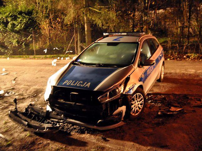 Uciekinier potrącił policjanta i uderzył w radiowóz.