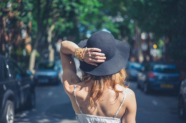 Tego lata modne będą duże kapelusze z szerokim rondem