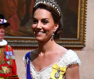 Kate Middleton miała na sobie niebieską szarfę