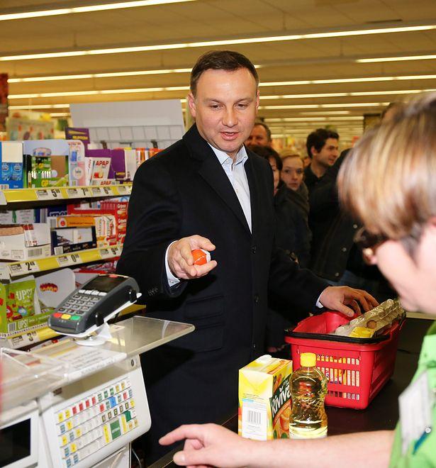 W 2015 roku Andrzej Duda wybrał się na zakupy do Biedronki, by pokazać, że po przyjęciu euro ceny w Polsce wzrosłyby