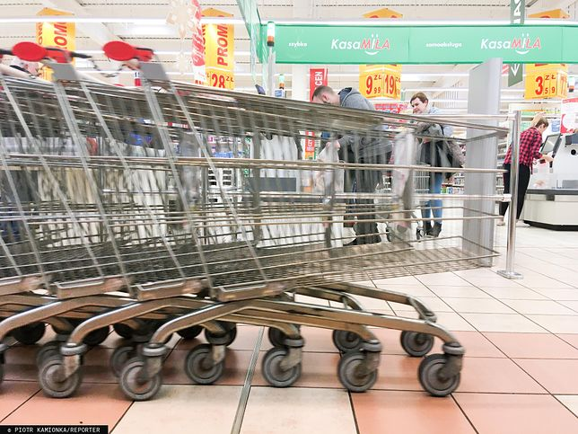 Są powody do niepokoju, coraz rzadziej chodzimy do sklepów. Kluczowe będą kolejne miesiące