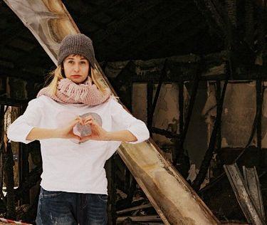Magdalena Kruk na tle zniszczonego domu
