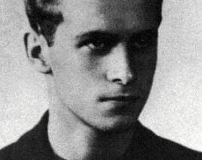 Krzysztof Kamil Baczyński przypłacił służbę ojczyźnie życiem.