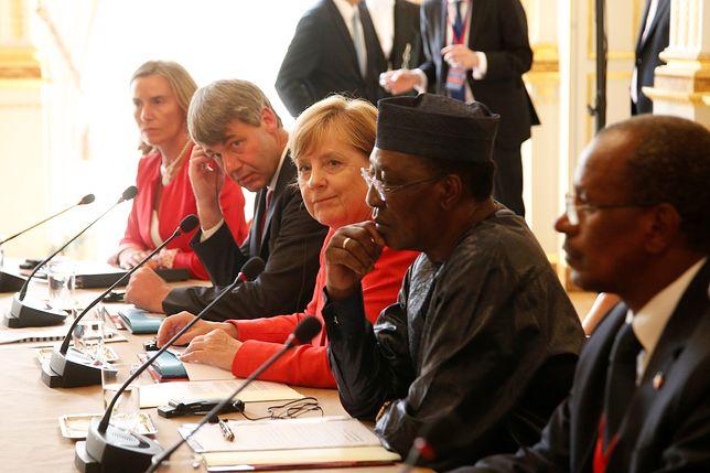 Angela Merkel i prezydent Czadu Deby podczas szczytu Europa - Afryka w Paryżu