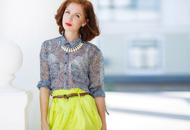 Przezroczysta bluzka to bardzo modny fason