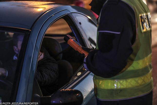 Szczytno. Pijany zaparkował samochód na środku drogi. Następnie zasnął