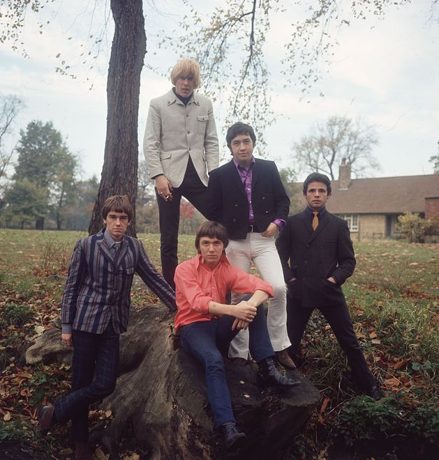 George Young (w fioletowej koszuli) jako członek The Easybeats